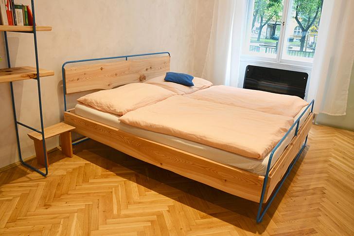 Dvoulůžková postel / Praha 2014 / modrý roksor / masiv modřín / 30.100Kč