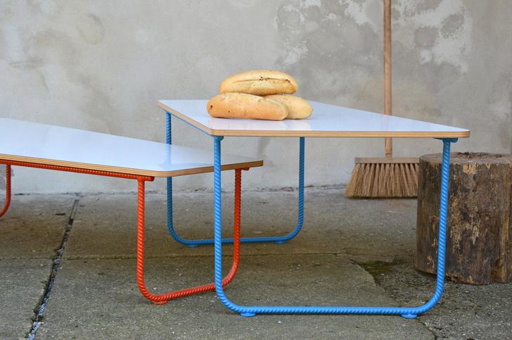 Stůl svačinový 2012 / červený/modrý roksor / masiv modřín / 7 500Kč